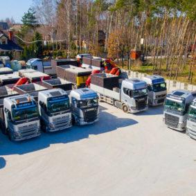 Vozový park nákladních aut s hydraulickou rukou