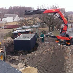 Usazování betonové jímky do výkopu %%kdo%%