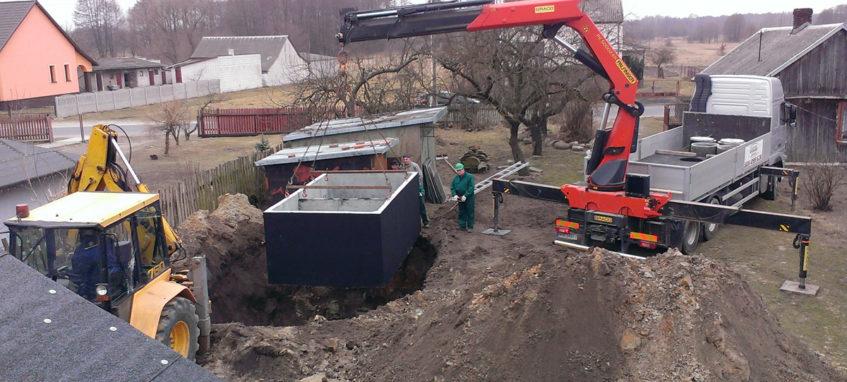 Usazování betonové jímky do výkopu Mělník