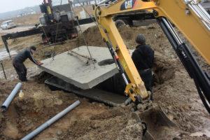 Pokládání vrchní desky betonové jímky